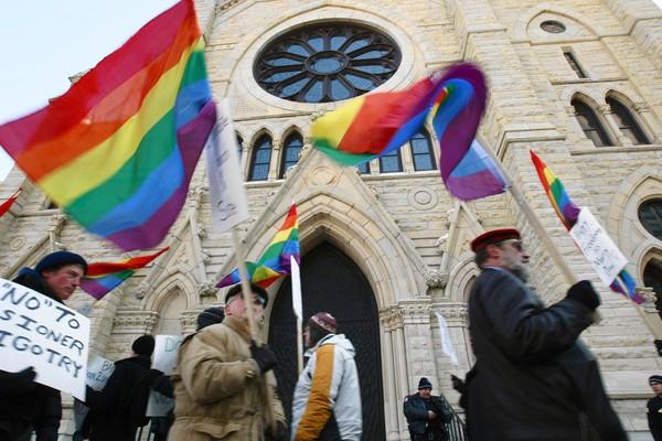 Instrumentalizacija zbilje u službi moći iliti kako crkva i LGBT udruge posjedujuhomoseksualnost